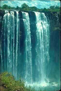 Energía potencial transformándose en cinética. El uso de esta energía para generar electricidad, se denomina energía hidroeléctrica.
